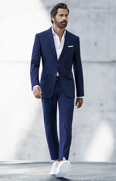 кроссовки и мужской костюм